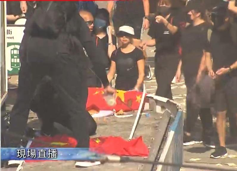 铜锣湾示威者焚烧国旗。
