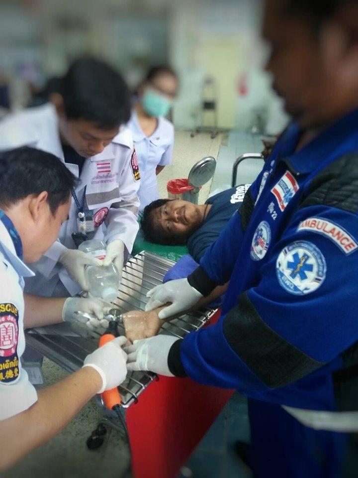 男子送院接受治疗。