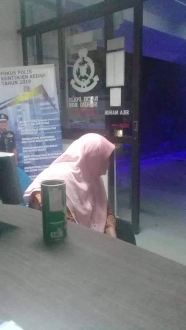 老妇当时获得公众协助,带到警局作进一步处理。(取自Penang Kini)