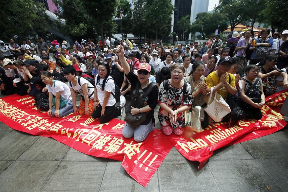 逾150名中國籍男女又跪又哭,聲稱被騙走至少590億令吉。