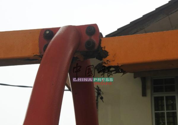 秋千上的铁架因生锈腐蚀而断裂。