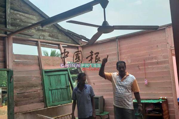 其中一间屋子的屋顶锌片全被吹走,开了大天窗。