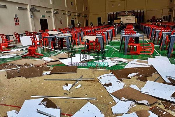 礼堂内排好桌椅准备让学生应考大马教育文凭试,却因一场狂风暴雨,把整个考场弄得一团糟。