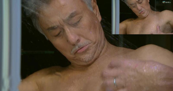 年届60岁的吴岱融有出浴秀肌镜头。