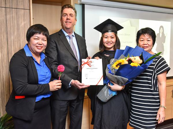 LMF学院院长李美芳(左起)与澳洲Bridge Business College校长KIARAN GREEN一同颁发文凭予毕业生。