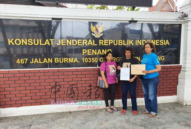 大马自然之友成员前往印尼驻槟领事馆,移交联署信件。