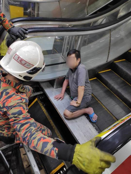 伤者耐心的等待消拯员的援救。