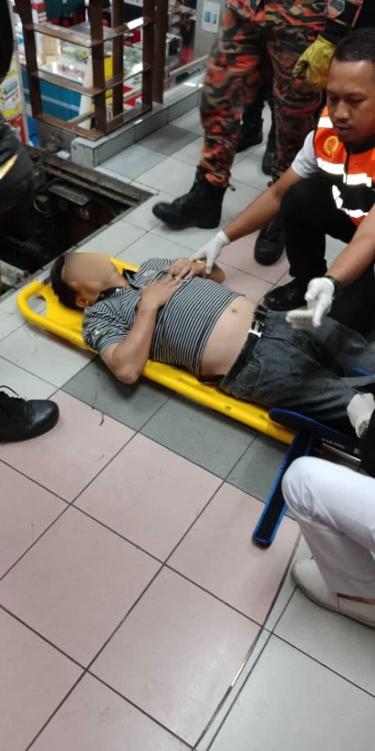 消拯员将伤者救出后,把他放在担架上,送往医院治疗。