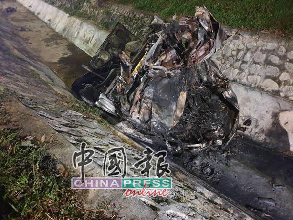 客货车撞入大沟后燃烧,100%烧毁,形如废铁。