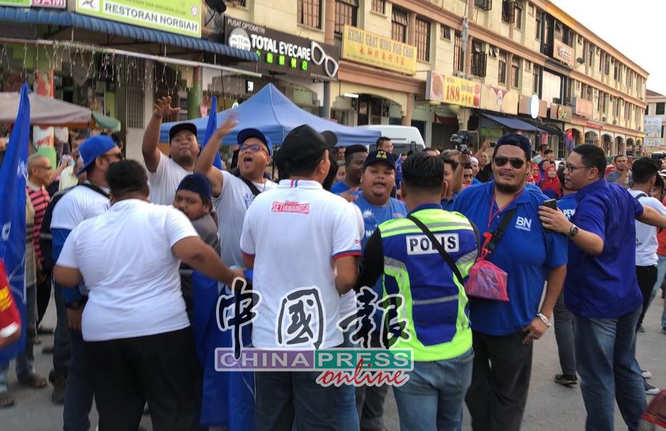 龟咯夜市周四发生希盟和国阵支持者叫嚣,需要动员警察在现场维持秩序。