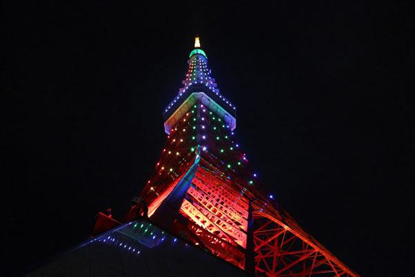 """为庆祝日皇即位,东京铁塔周六实施""""奉祝点灯"""",以日本寺社佛阁在办庆典时所装饰的""""五色幔幕""""为意象,施以光雕。(中央社)"""