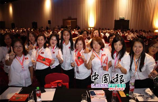 温蒂(左5)抵达大会后,获得妇女组成员支持。
