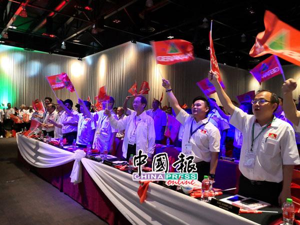 民政党元老丹斯里许子根(右3起)及前任主席拿督斯里马袖强出席大会,与领袖一起挥动党旗。