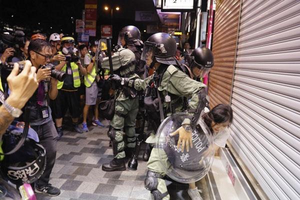 反送中抗争以来,多名市民被捕,其中,不少女性出面指控遭港警性骚扰、侮辱甚至侵犯。图为港警压倒一名路过少女。