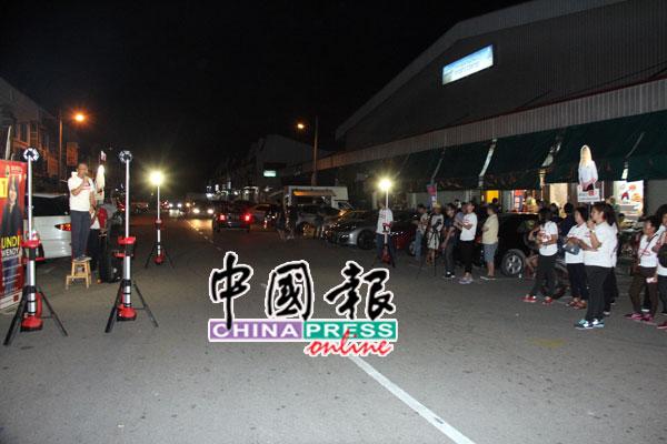 刘华才(左)在车来车往的街边开讲,吸引不少民众及支持者驻足聆听。