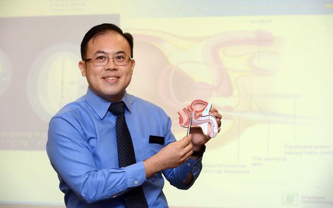 新加坡中央医院泌尿科顾问医生郑楷杰指出,前列腺四周有尿道和影响勃起的精神线,一般传统治疗法或会有影响患者的性功能或有失禁副作用。(潘丰源摄)