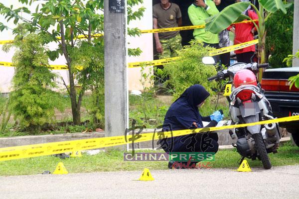 鉴证组警员在案发现场采证。