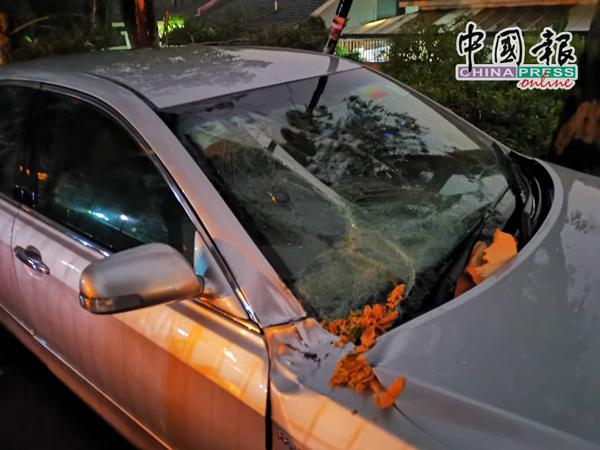 轿车挡风玻璃被击穿。