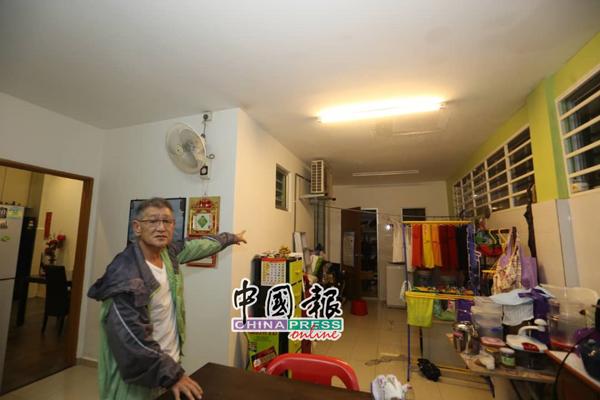 林明佑指着住家后部被雨水掺入情况,须费时清理。