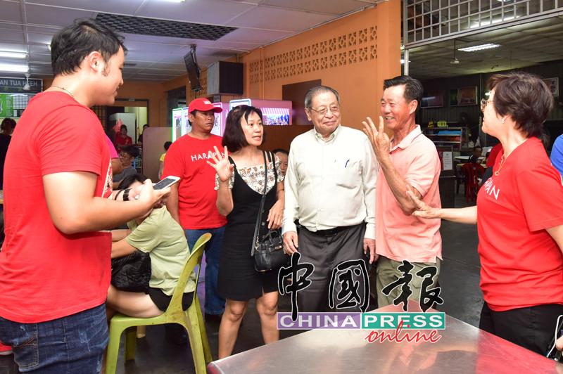 林吉祥(右3)为希盟候选人卡敏站台拉票,受到支持者欢迎。