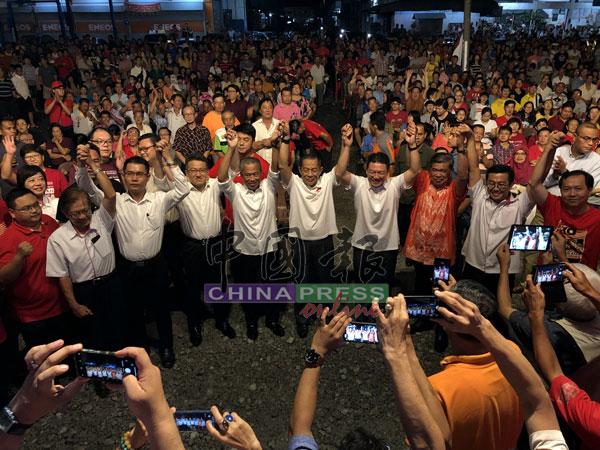 行动党在周四晚,再次在北干那那新市镇华人区举办讲座,并出动多名重量级领袖站台,为候选人卡敏(右5)造势。