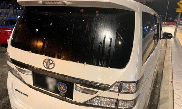 峇拉峇卡蘭的豪華休旅車被不明人士丟雞蛋襲擊,車尾玻璃沾滿蛋液。