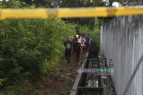 警方以警示线封锁现场,避免闲人进入发现尸骸的地点。