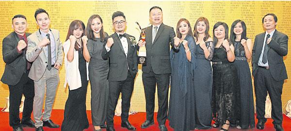 詹智铭(左5起)、Sea Gamer Mall私人有限公司联合创办人兼总执行长王恩华及董事林仰钦(右),见证公司获奖。