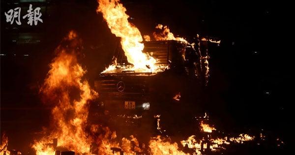 港警锐武装甲车被汽油弹击中起火。