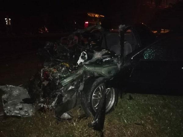 死者夫妇所乘坐的轿车,毁不成形。(图取自网络)