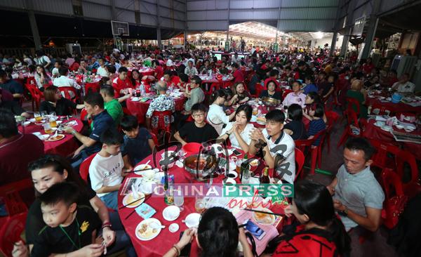 直落平民华小十大义演宴开近400席、4000人共襄盛举,宴席已经多到看不到尽头。