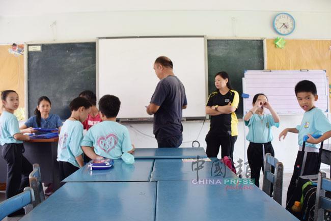 家长们到学校领取孩子的学业评估报告。