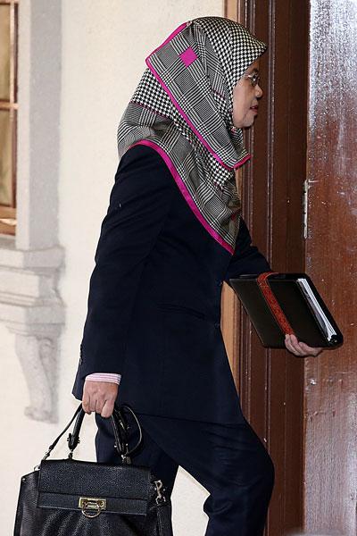 诺莎娃妮进入证人室,准备出庭供证。