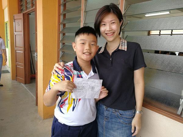 考获8A佳绩的维小状元考生王宏乐,与妈妈龚晓君分享喜悦。