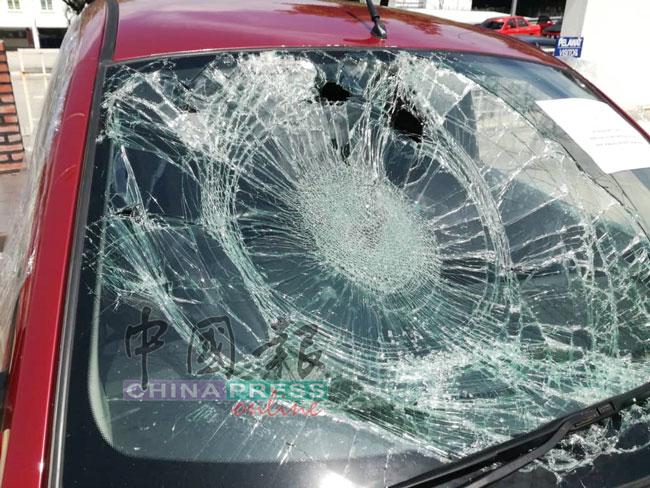 轿车的挡风玻璃严重破裂。