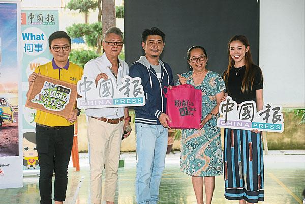 乐圣华小英文科主管黄月萍(右2)从黄天祥(中)手中接受纪念品;左起为《中国报》业发部执行员翁君宇、王骏和王梅爱。