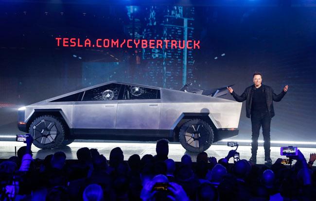 马斯克上周四在发表会上介绍Cybertruck。(美联社)