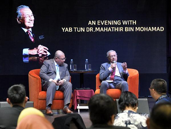 马哈迪(右)与旅居韩国的大马人交流。左为外交部长拿督赛夫丁阿都拉。