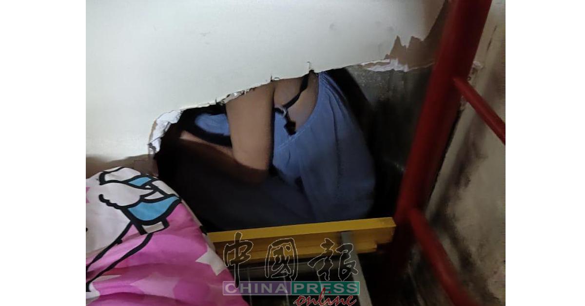 外籍女子为避免被捕而躲在一个被挖空的墙后。