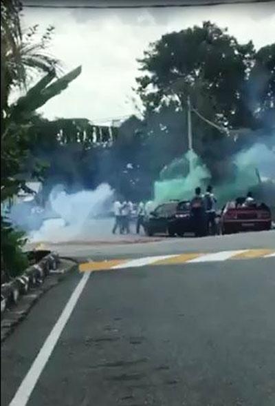 一批相信刚结束大马教育文凭考试的学生,在马路中央燃放爆竹以庆祝结束考试。