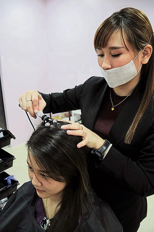 步骤4 a :Y棒把养发素渗透入头皮。