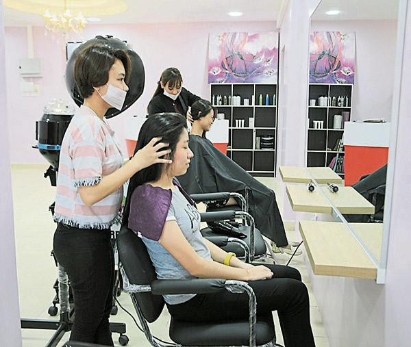 步骤7:为顾客按摩头皮,促进营养素吸收。
