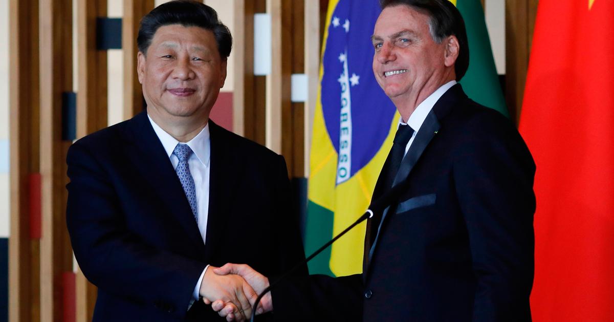 中国国家主席习近平(左)与巴西总统博尔索纳罗在伊塔马拉蒂宫举行会谈后,双方召开联合记者会。(法新社)