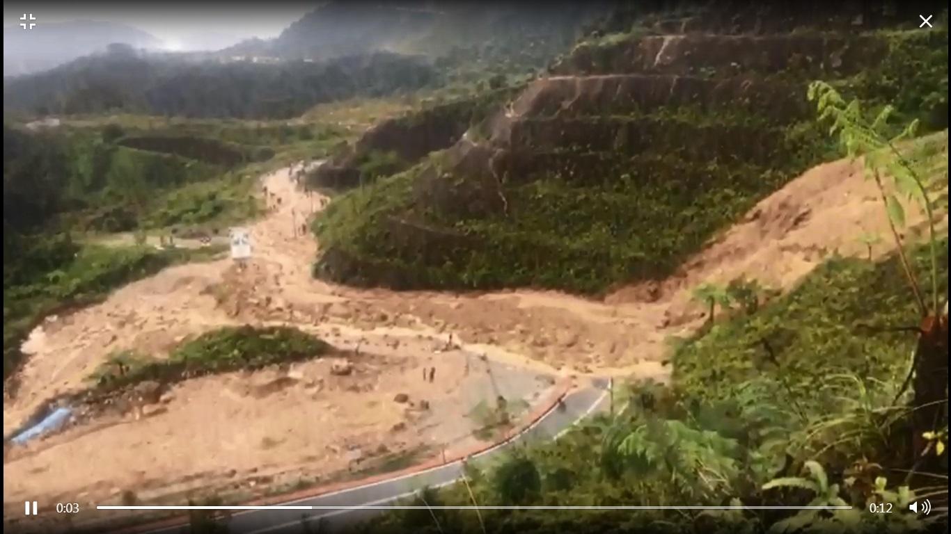 云顶路段发生严重土崩。