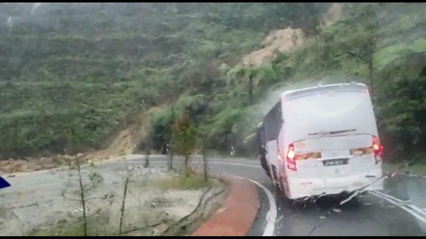 有2辆相信是载送旅客的巴士和货卡途径路段时,因路段有泥土而停驶。