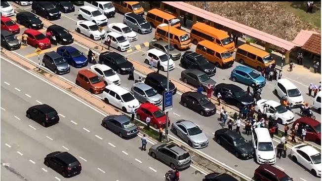有关事件造成当地交通严重阻塞。