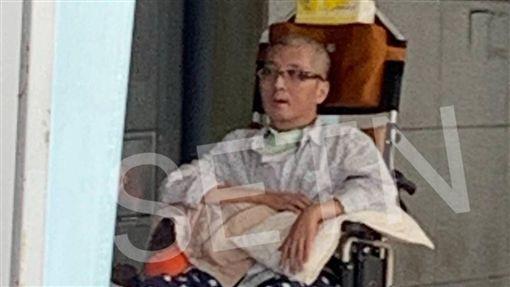 袁惟仁先前被拍到医院复健。(图/三立新闻网读者提供)