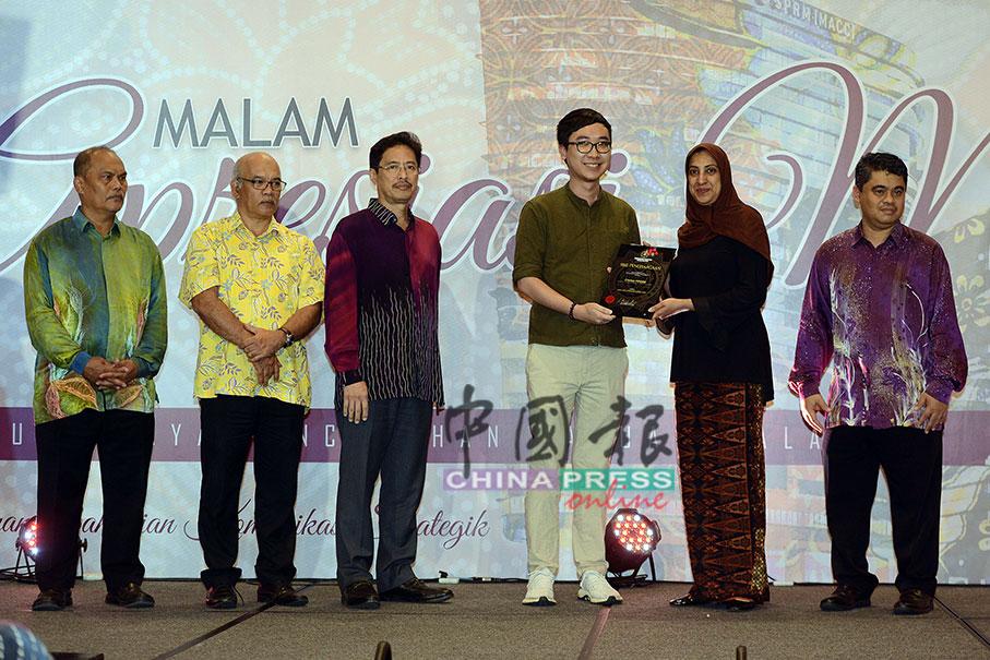 拉蒂花(右2)在媒体感恩宴上颁发感谢牌匾给《中国报》,由普通组高级记者黄治振代领,左起为嘉法、山顺峇哈林、阿占峇基及依斯马祖里。