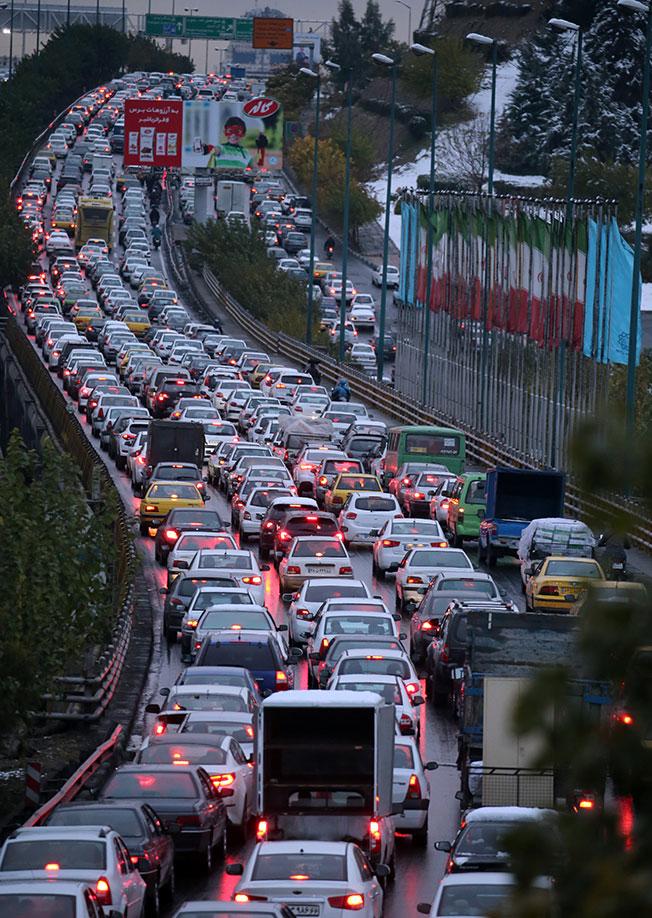 德黑兰民众的抗议活动造成一条高速公路的交通瘫痪。(欧新社)