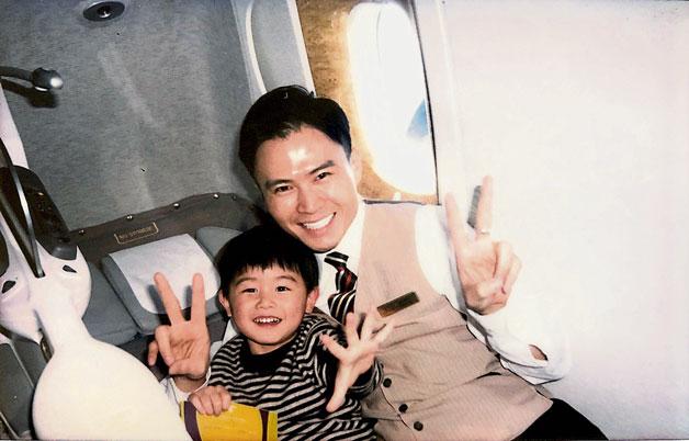 郑子唯任职阿联酋航空空服员。